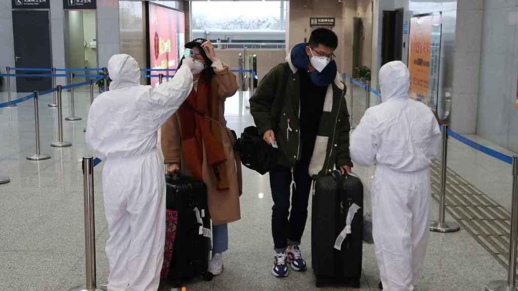 Controles en el aeropuerto de Wuhan, zona cero del virus.