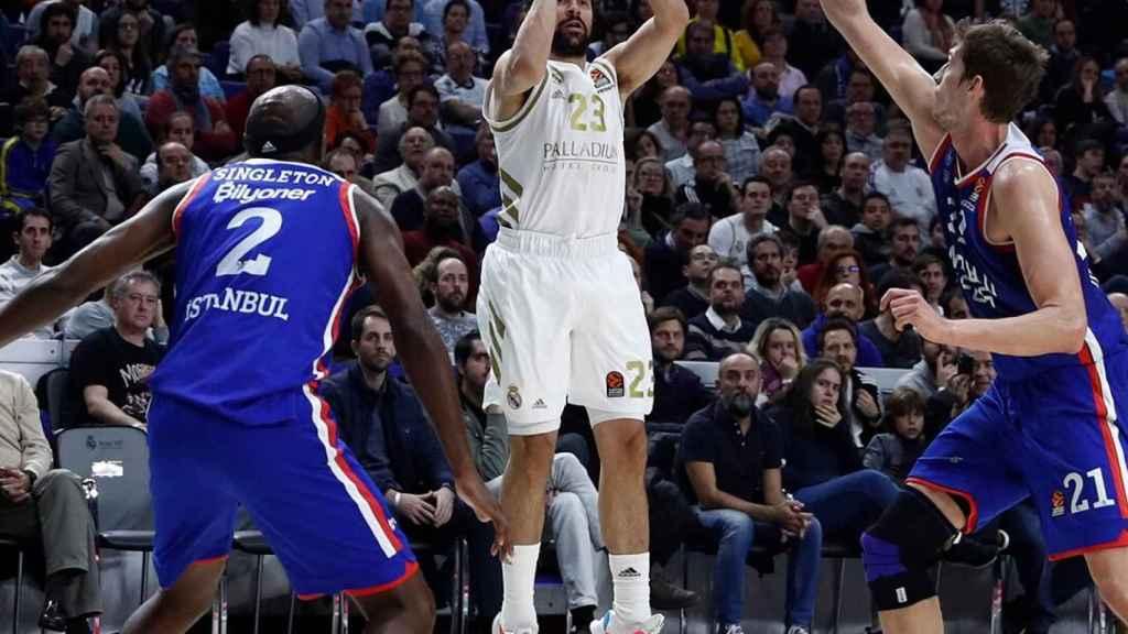 Llull lanza a canasta durante el duelo de Euroliga entre Real Madrid y Anadolu Efes
