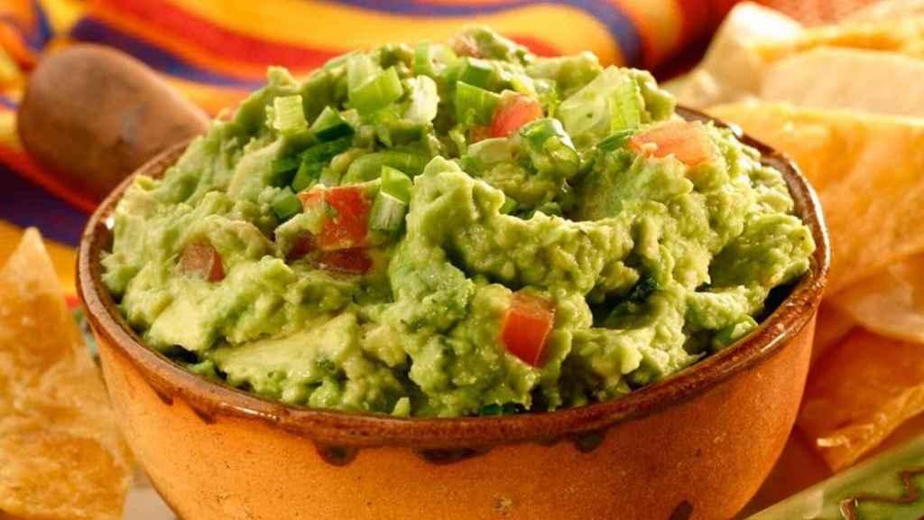 El guacamole es una crema elaborada con aguacate tradicional de México.