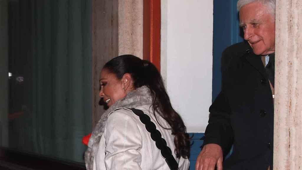 Isabel Pantoja saliendo con Paolo Vasile del restaurante.