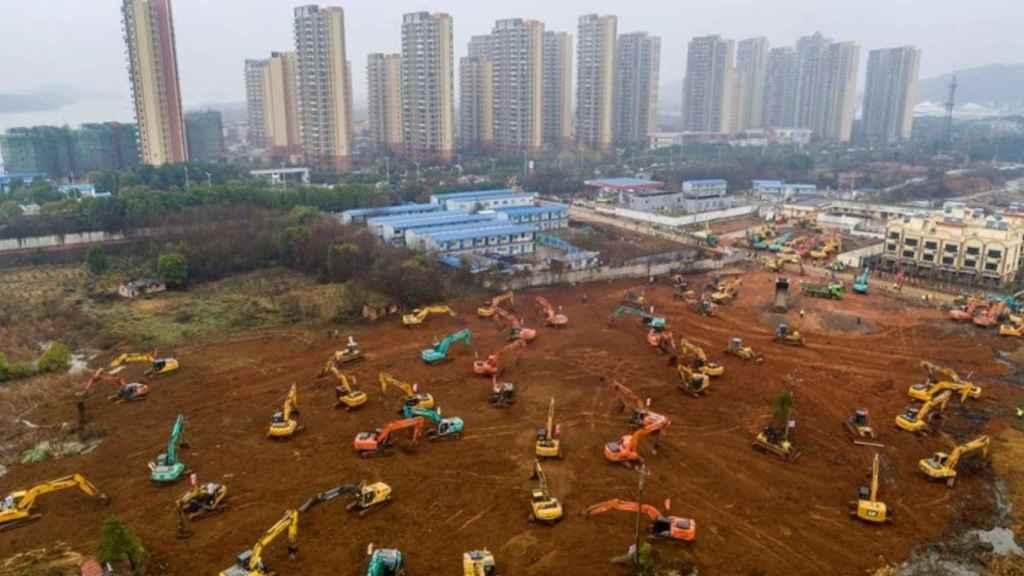 Maquinaria pesada preparando el terreno para el nuevo hospital