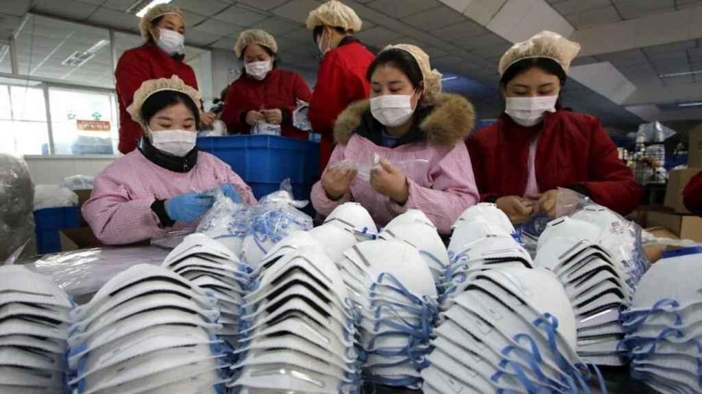 Mujeres trabajan en una fábrica de mascarillas en la provincia de Hebei (China).
