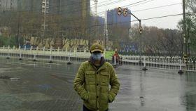 Camilo Burgos, este sábado en una calle de Wuhan.