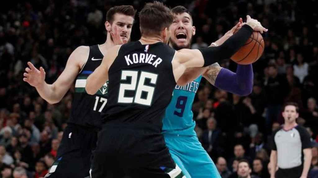 Willy Hernangómez ante los Bucks en la NBA