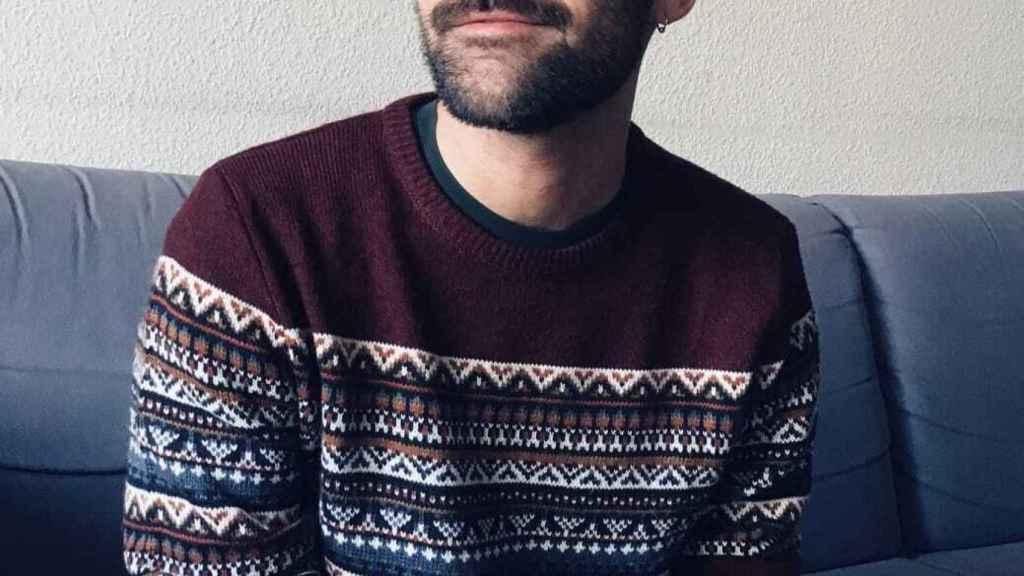 Ángel es extremeño y graduado en Periodismo y Ciencias Políticas.