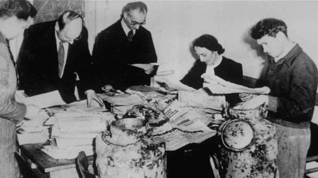 Un grupo de historiadores catalogando el primer hallazgo del archivo.