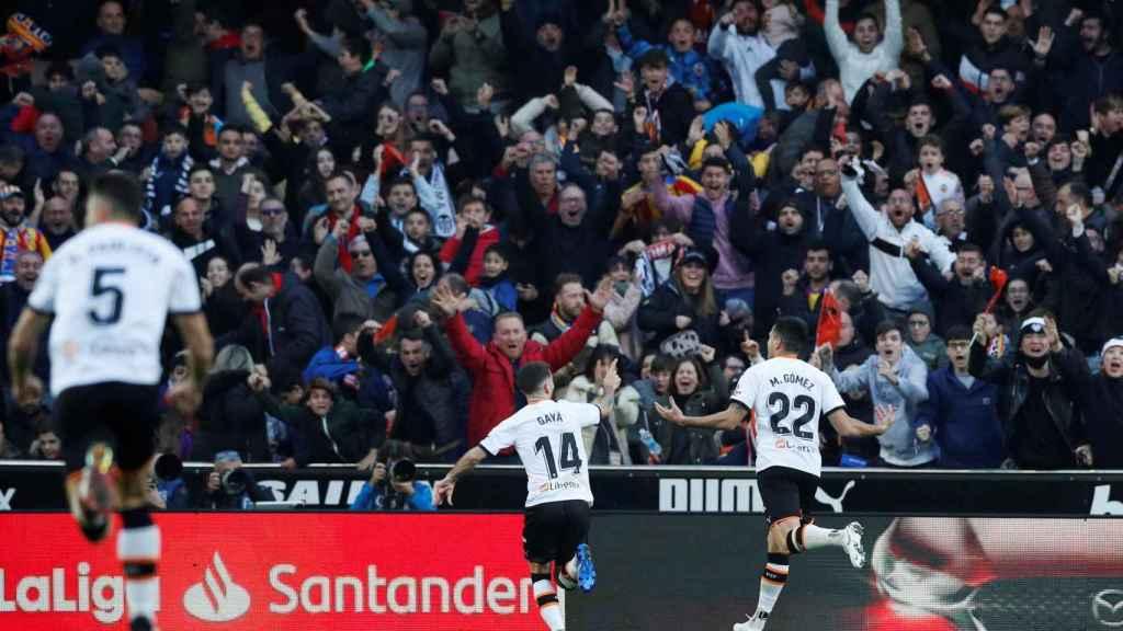 Los jugadores del Valencia celebran uno de los goles del partido