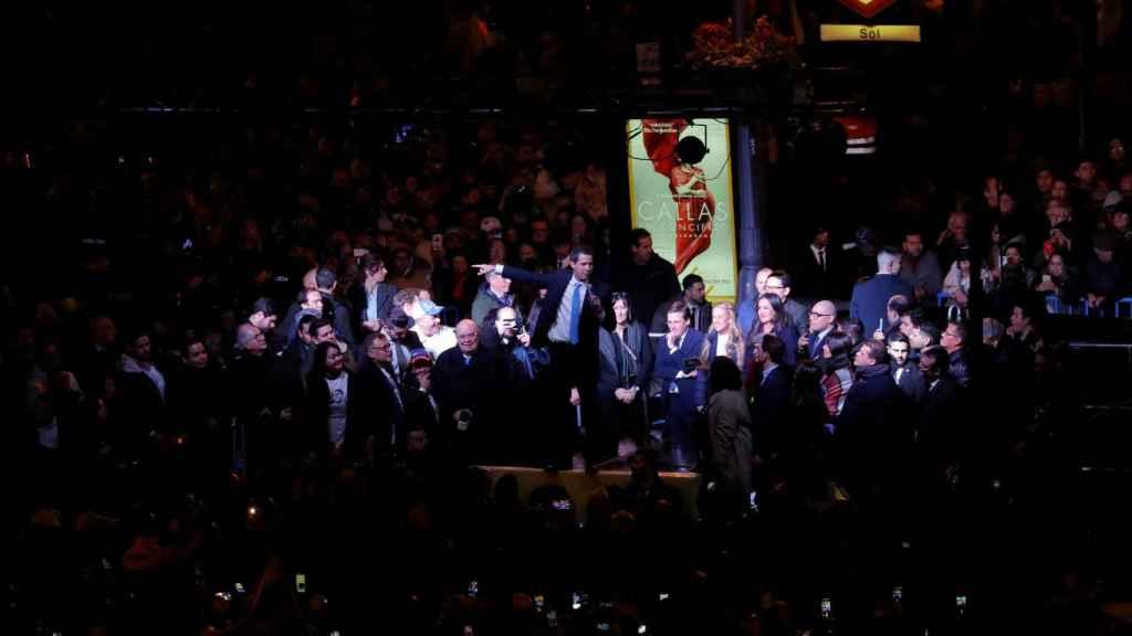 Juan Guaidó, en la tarima de la Puerta del Sol (Madrid), ante decenas de miles de venezolanos.