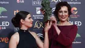 Irene Moray y Elena Martín, tras recoger su Goya.