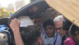 Baltasar Garzón protegido por los violentos de 'Primera línea' en las calles de Santiago de Chile.