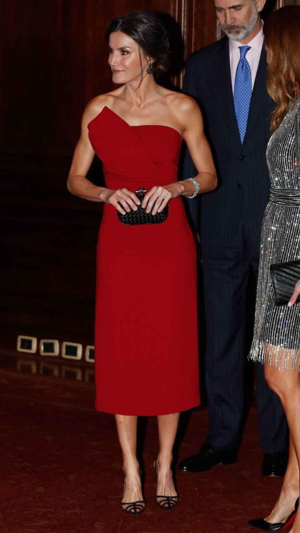 La reina Letizia con vestido de Roberto Torretta en su viaje de Estado a Buenos Aires.
