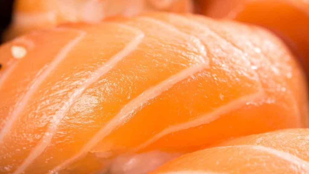 Un niguiri de salmón.