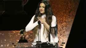 Rosalía al recoger su  Grammy.