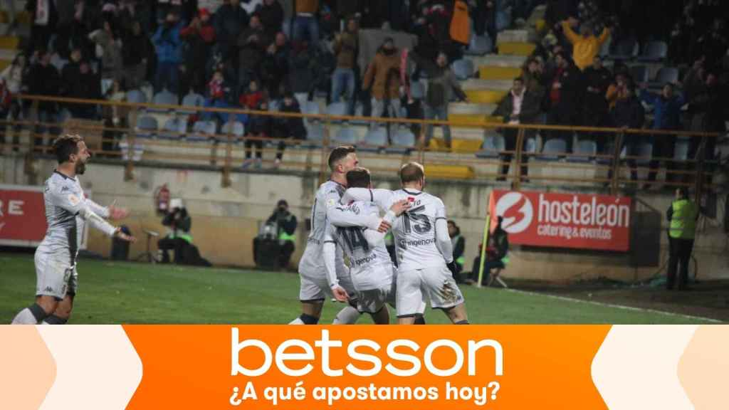 Los jugadores de la Cultural Leonesa celebran un gol en la Copa del Rey