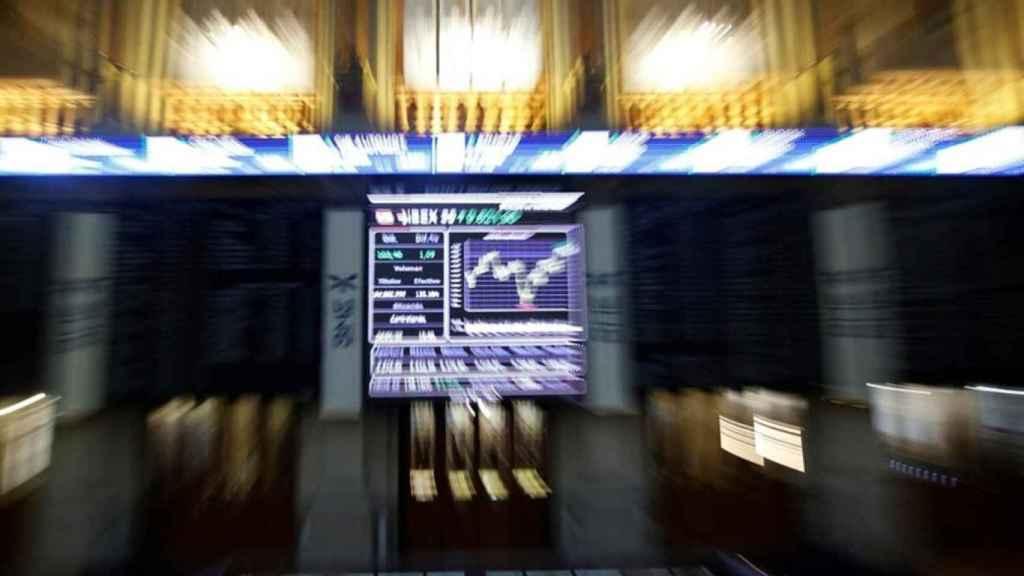 Imagen difuminada de un panel de cotizaciones en la Bolsa de Madrid.