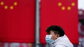 Un hombre con máscara en Shanghái