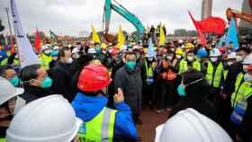 Autoridades chinas visitando la construcción del hospital en Wuhan
