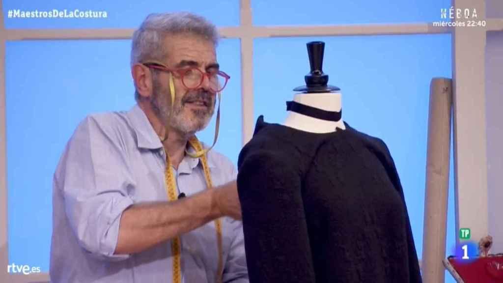 Lorenzo trabajando su diseño inspirado en Elio.
