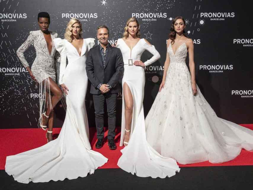 Las modelos Maria Boeges, Devon Windsor, Keke Lindgard y Zhenya Kathava con el diseñador Hervé Moureau.