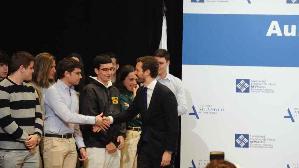 Pablo Casado saluda a los estudiantes del Aula de Liderazgo de la UFV.