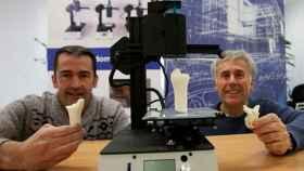 Investigadores del grupo Biomat de la UPV/EHU con dos piezas bioimpresas.