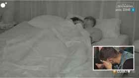 Andrea y Óscar durante su encuentro en la cama de 'La isla de las tentaciones'.