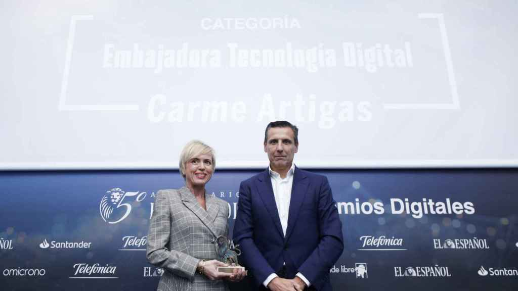 Categoría Embajadora Digital: Carme Artigas. Recoge el premio Carme Artigas, secretaria de Estado de Digitalización e Inteligencia Artificial y entrega José Cerdán, CEO de Telefónica Tech, Director General de Telefónica Business Solutions.