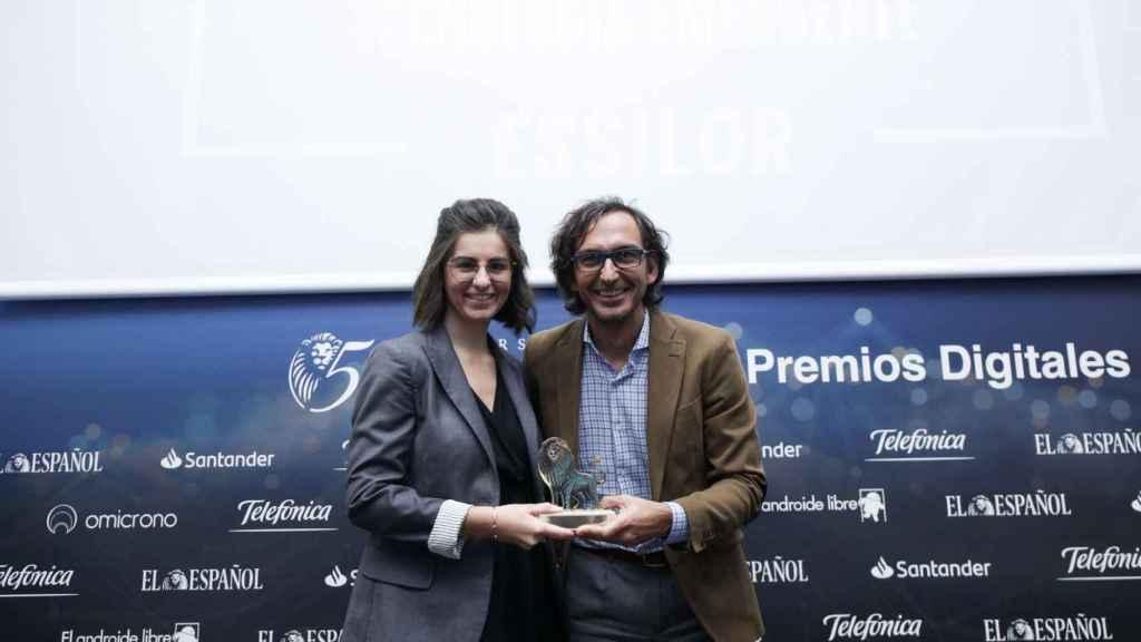 Categoría Tecnología Emergente: Essilor, Eyeviz 300. Recoge el premio Guendoline Guillet, marketing manager de Essilor y entrega Rodrigo Miranda, director general de ISDI.