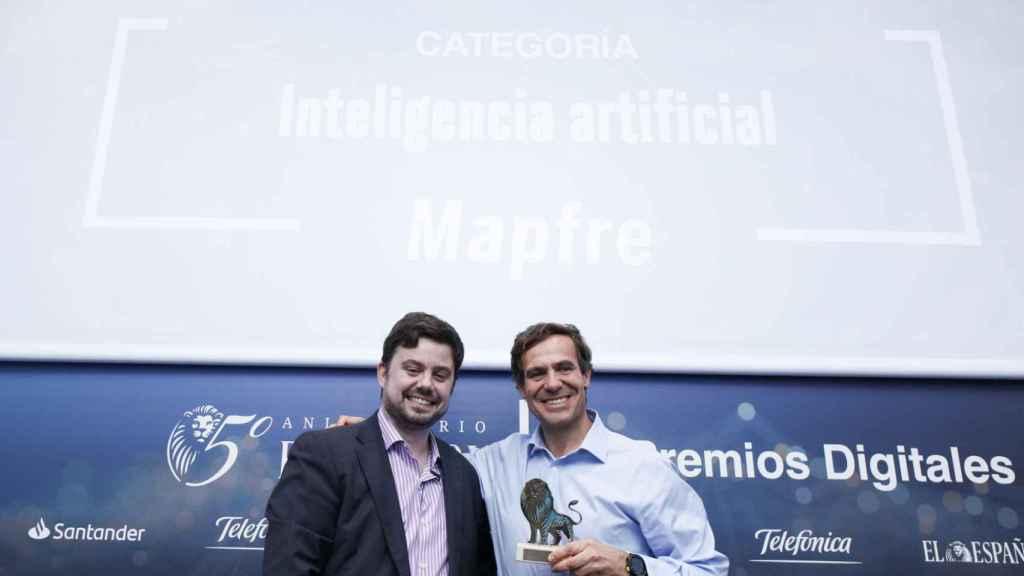 Categoría Inteligencia Artificial: Mapfre, plataforma digital Savia. Recoge el premio Pedro Díaz Yuste, director general de Savia y entrega Arturo Criado, redactor jefe de Empresas y Medio de EL ESPAÑOL.