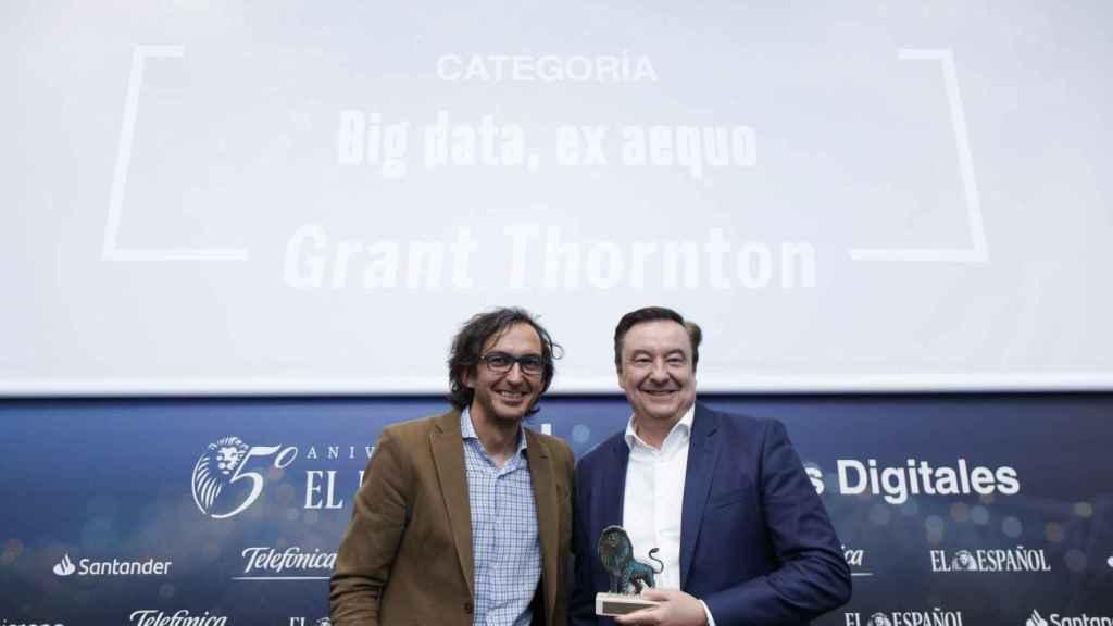 Categoría Big Data: ex aequo Grant Thornton, por CitizenLab. Recoge el premio Antonio García-Lozano García, socio director de Consultoría de Negocio e Innovación de Grant Thornton y Consejero de la Firma; entrega el premio Rodrigo Miranda, director general de ISDI.