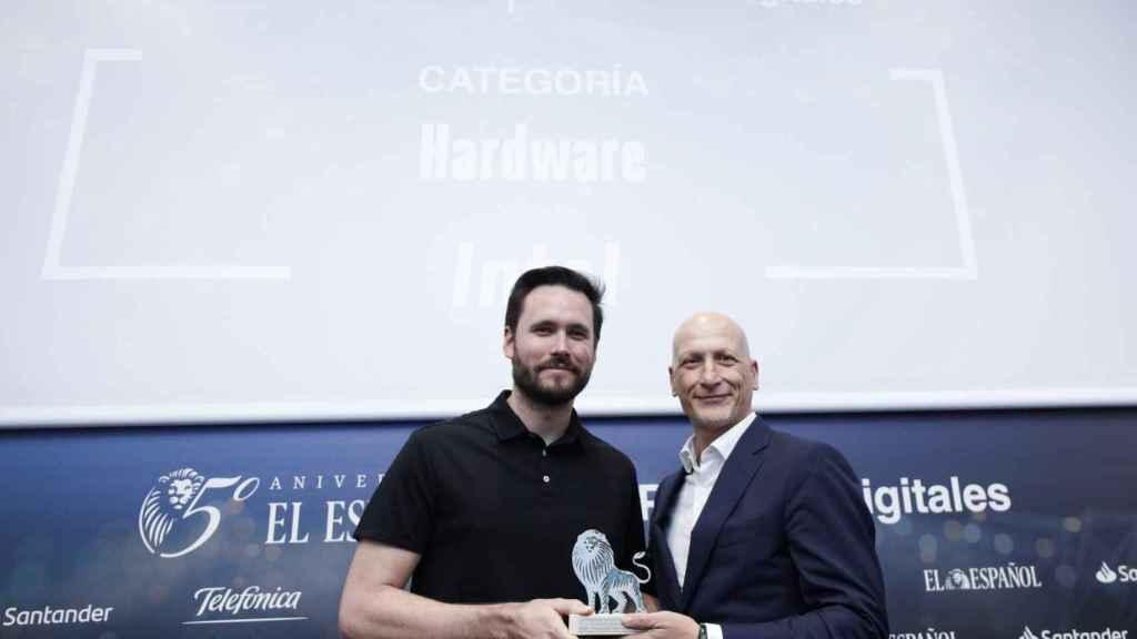 Categoría Hardware: Intel, Procesador Intel Core 9900KS. Recoge el premio Javier Galiana, EMEA Territory Consumer Sales Director para INTEL y entrega Dani Salas, co-fundador de Omicrono.