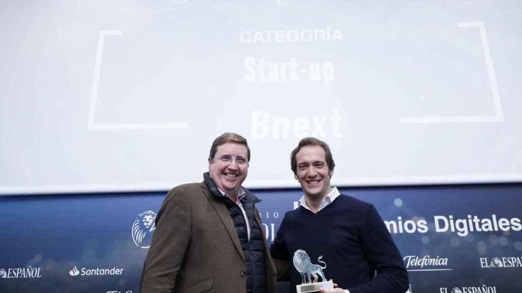 Categoría Start-up: Bnext. Recoge el premio Guillermo Vicandi, CEO y cofundador de Bnext. Entrega Francisco Ruiz Antón, head of Public Policy and Government Relations de Google Spain and Portugal.