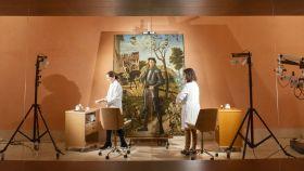 Las restauradoras Alejandra Martos y Susana Pérez, trabajando en la sala 11 del Thyssen sobre el lienzo de Carpaccio.