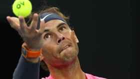 Rafa Nadal saca ante Thiem en cuartos de final del Open de Australia