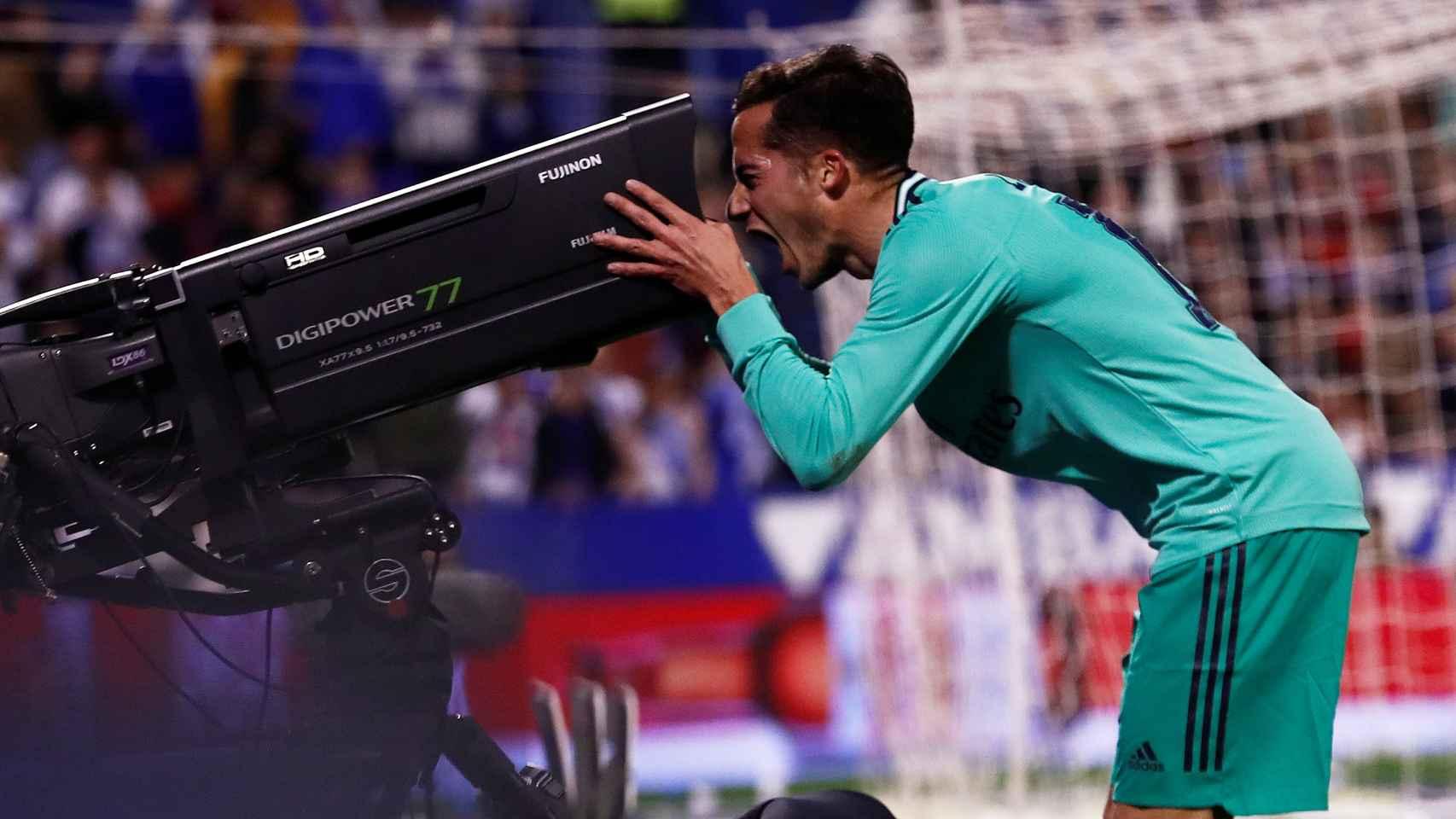 Lucas Vázquez besa una de las cámaras de televisión