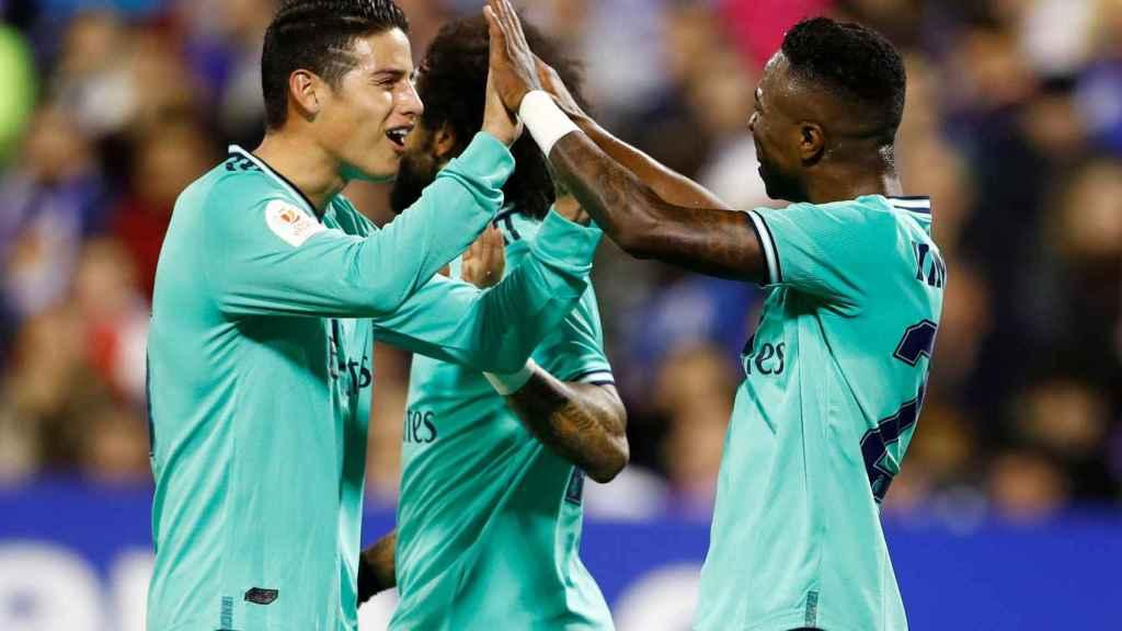 James Rodríguez celebra con Vinicius su gol al Real Zaragoza