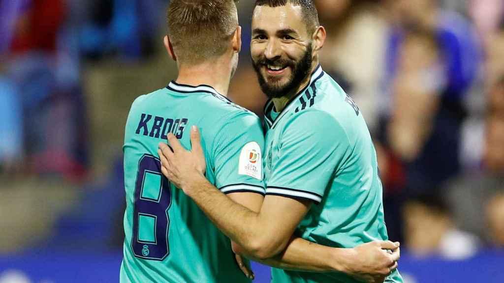 Toni Kroos felicita a Karim Benzema tras su gol al Real Zaragoza