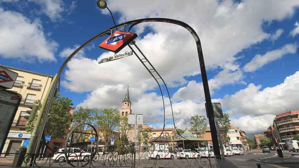 Imagen de la salida del metro en Villa de Vallecas (Madrid).