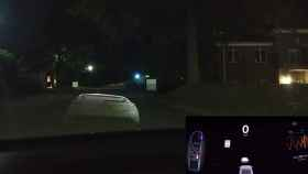Un Tesla Model X detecta un coche delante, pero es sólo una proyección