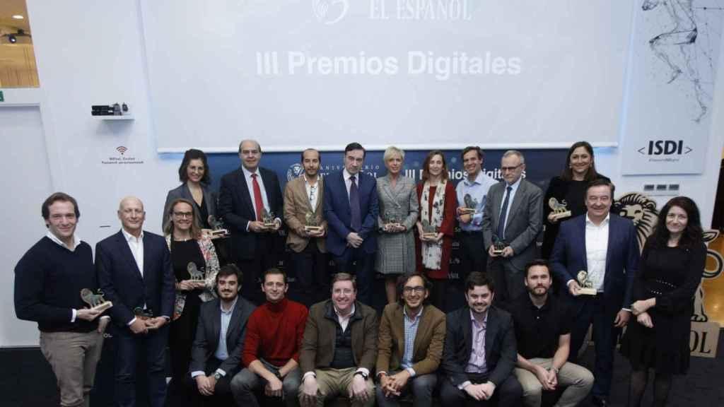 Foto de familia de los galardonados en la III Edición de los Premios Digitales EL ESPAÑOL junto a los miembros del jurado y la dirección del diario.