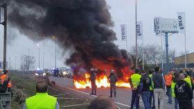 Olivareros cortan la A-4 en La Carolina (Jaén) y queman neumáticos para protestar por los bajos precios