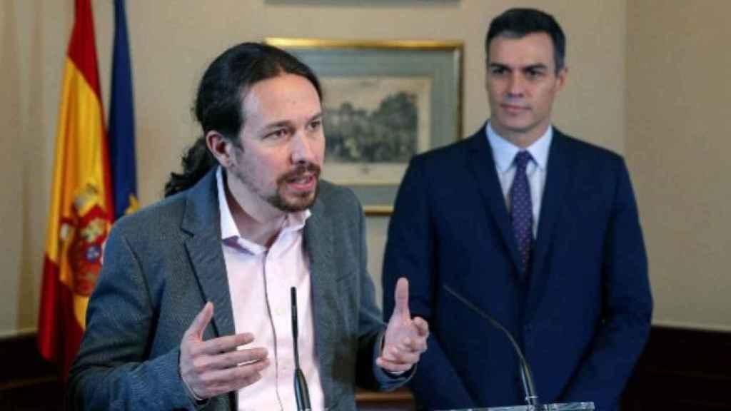 Pablo Iglesias y Pedro Sánchez, en la firma del acuerdo de coalición.