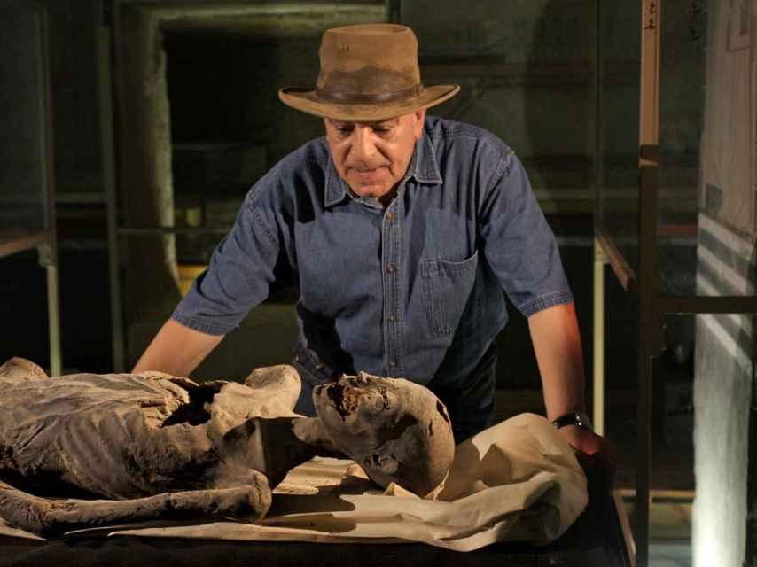 Zahi Hawass, analizando una momia egipcia.