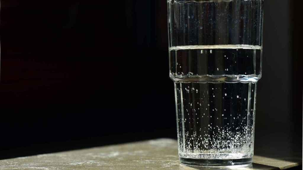 Un vaso de agua medio lleno.