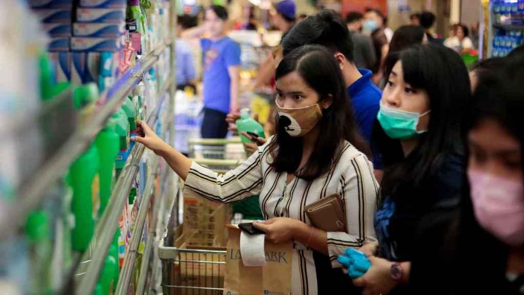 Clientes se abastecen en Filipinas tras el anuncio del primer caso de coronavirus en el país.