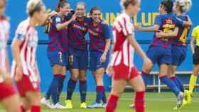 Las jugadores del FC Barcelona celebran un gol ante el Atlético de Madrid femenino