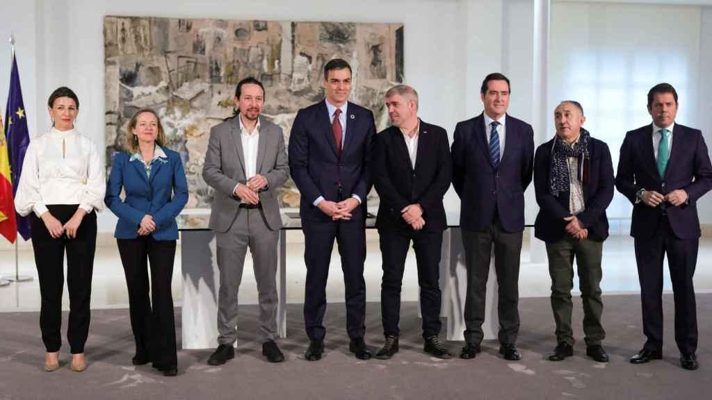 Miembros del Gobierno junto a los líderes de sindicatos y patronales.