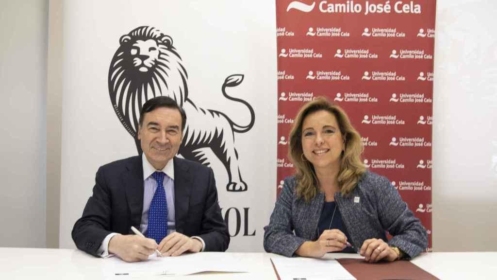 Pedro J. Ramírez y Nieves Segovia durante la firma del acuerdo.