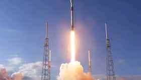 Nave transportando satélites de Starlink