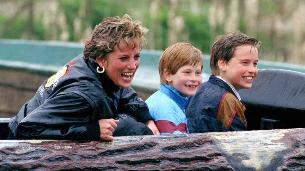 Lady Di junto a sus hijos en 1990.